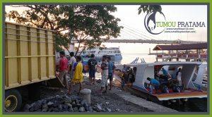 Bongkar Muatan Rumah Kayu di Tepi Pantai Manado