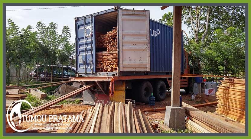 Muat Kontainer Rumah Panggung di Ambon